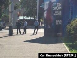 Полицейские стоят на центральной площади в Алматы. Иллюстративное фото.