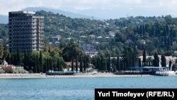 """Курорты и туризм – это едва ли не единственный работающий сейчас сектор экономики Абхазии: многие любят подсчитывать, как зажила бы республика, будь сейчас восстановлен советский уровень ежегодного """"заезда"""" отдыхающих, включая т.н. дикарей"""