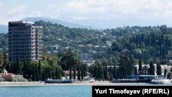 Сегодня иностранцы не могут легально приобретать в Абхазии жилье. Сделки купли-продажи недвижимости заключаются, по неофициальным данным их уже около 5000, но все они носят нелегальный характер