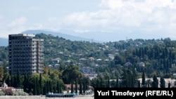 Жильцы сухумских многоэтажек, дождавшись капитального ремонта, надеются, что на этом их коммунальные проблемы решатся раз и навсегда