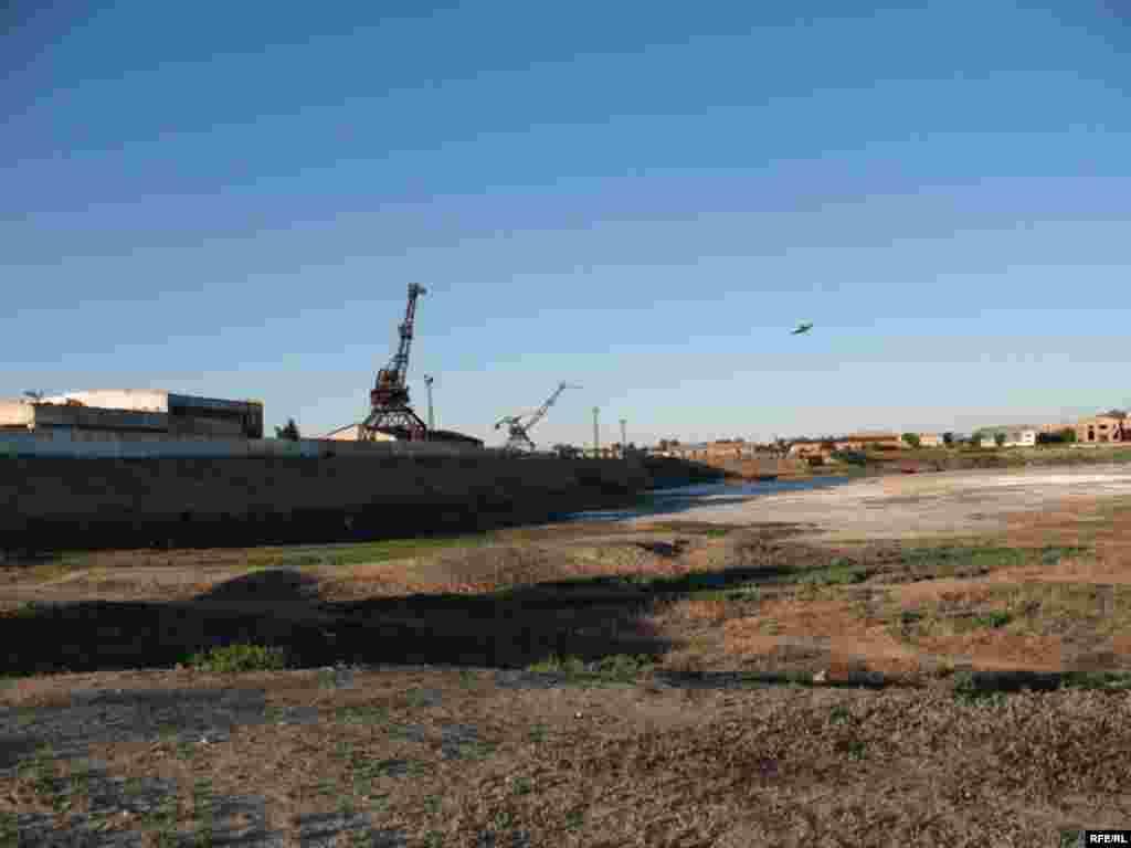 Так выглядит сегодня один из портов Аральского моря. - Так выглядит сегодня один из портов Аральского моря.