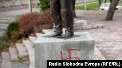 Kukasti krst na spomeniku Šabanu Bajramoviću