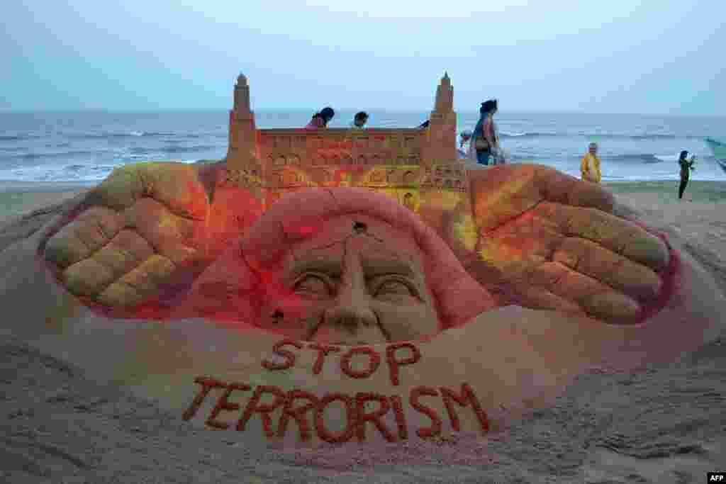 India - sculptura de nisip 'Opriți terorismul' creată de Sudersan Pattnaik pe Plaja de Aur de la Puri.