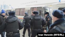 Полиция задерживает участников акции протеста. Москва, 14 января 2017 года.