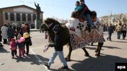 Байқоңырда наурыз мейрамын тойлап жүрген тұрғындар. 25 наурыз 2006 жыл. (Көрнекі сурет)