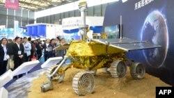 """Қытай Айға ұшырған """"Юйту"""" аппараттының моделі. Шанхай, 5 қараша 2013 жыл."""
