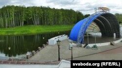 Са сцэны амфітэатру адкрыў Дажынкі ў 2012 годзе Аляксандар Лукашэнка. На дальнім пляне — бярэзьнік, за ім — вуліца Рытава