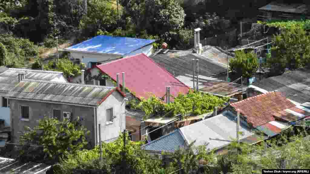 У приватному секторі, як правило, дахи на будь-який смак і колір