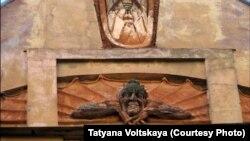 Этот барельеф с Мефистофелем в Петербурге сегодня уничтожен