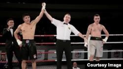 Қазақстан бокшысы Берік Әбдірахманов (сол жақта) AIBA Pro Boxing жобасындағы кездесудің бірінде жеңіске жеткен сәті (Сурет әлемдік бокс федерациясының ресми сайтынан алынды)