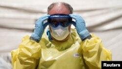 Супрацоўнік вайсковага шпіталя ў Гішпаніі рыхтуецца агледзець новага пацыента.