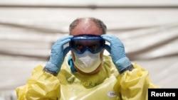 Медицинский работник в защитном костюме. Мадрид, Испания.