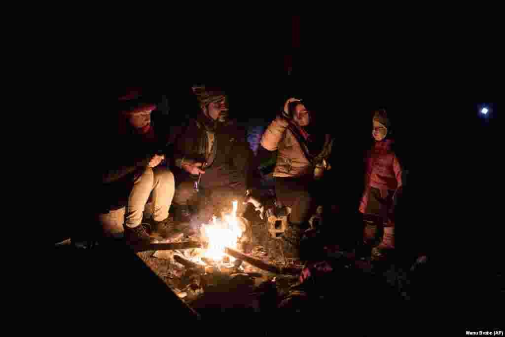 Nishademi dhe Suhil, migrantë nga India, po ngrohen pranë zjarrit së bashku me Fatmën dhe djalin e saj Omar 1-vjeçar, refugjatë sirianë nga Alepo. Ata po përpiqen të hyjnë në Kroaci si vend anëtar i Bashkimit Evropian, përmes maleve përreth Bihaqit në Bosnje dhe Hercegovinë.