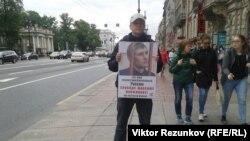 Участник пикетов в поддержку политических заключенных. Санкт-Петербург, 6 июля 2016 года.