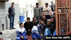 Үрімжідегі мешітте жұма намазына жиналған ер кісілер мен балалар. Қытай, мамыр 2014 жыл (Көрнекі сурет):