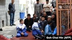 Дети и взрослые в мечети в Урумчи - столице Синьцзян-Уйгурского района КНР
