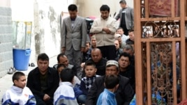 Верующие во дворе мечети в Урумчи перед пятничной молитвой. Май 2014 года.