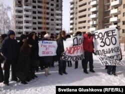 Дольщики митингуют на территории недостроенного жилого комплекса «Территория комфорта -1». Астана, 24 февраля 2013 года.