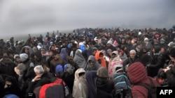 پناهجویان در جستجوی راهی برای عبور از مرز یونان و مقدونیه هستند