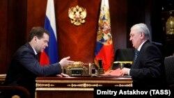 Дмитрий Медведев и первый заместитель директора ФСБ РФ Сергей Смирнов