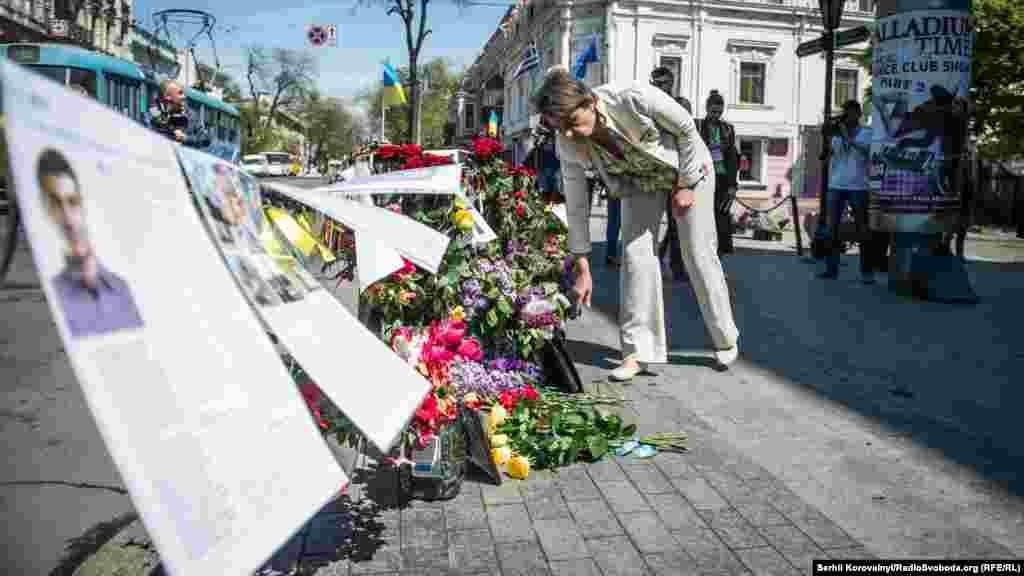 У той же час в іншій частині міста, біля Соборної площі, де два роки тому почалися сутички, квіти принесли проукраїнські активісти