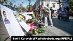 Цветы в память о погибших в Одессе два года назад
