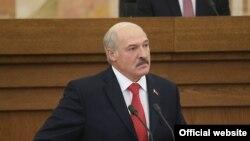 Belarus -- Belarusian President Alyaksandr Lukashenka addresses a session of parliament in Minsk, October 7, 2016