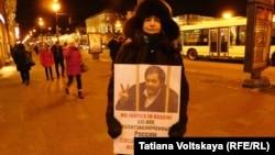 Участница одного из серии одиночных пикетов в поддержку политзаключенных в Санкт-Петербурге. 6 декабря 2016 года.
