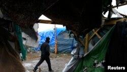 Самодельные постройки в лагере мигрантов в районе Кале, Франция.