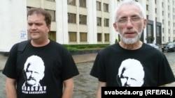 Праваабаронцы Аляксей Колчын (зьлева) і Барыс Бухель (справа) пасьля падачы заяўкі на пікет ля гарвыканкаму