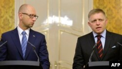Украина премьер-министрі Арсений Яценюк (сол жақта) пен Словакия премьер-министрі Роберт Фицо. Братислава, 10 қыркүйек 2015 жыл.
