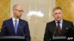 Арсений Яценюк (слева) и Роберт Фицо в Братиславе 10 сентября