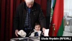 Мужчина голосует на выборах в нижнюю палату Национального собрания Беларуси. Минск. 17 ноября 2019 года.