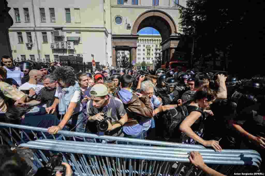 Силовики перекрили виходи на Тверську і не пускали людей до будівлі мерії