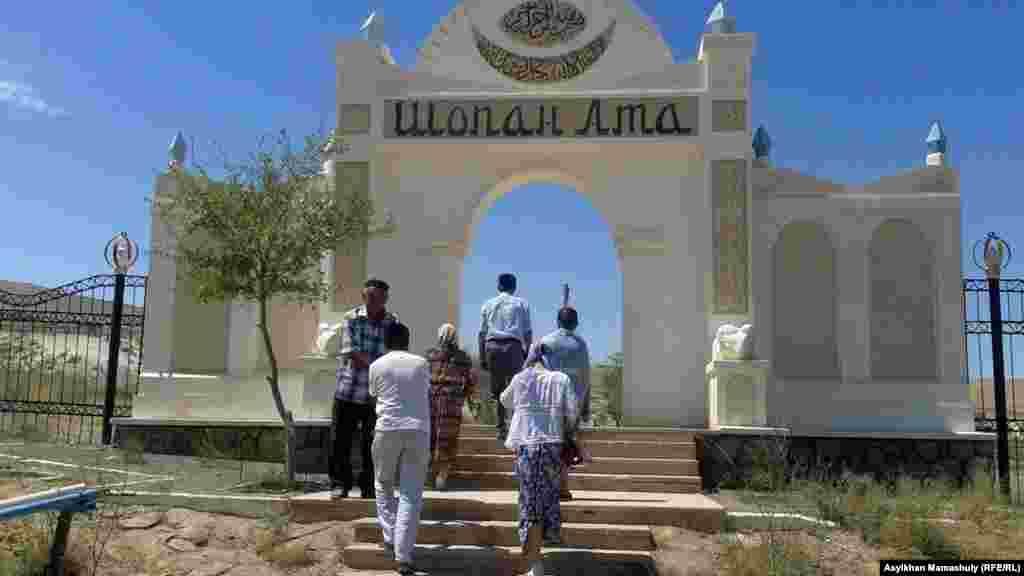 Паломники после посещения некрополя «Куйеу-там» направляются к некрополю«Шопан-ата».
