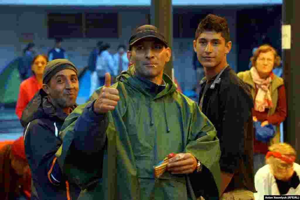 На площі достатньо міцних молодих людей, які приїхали в Європу без сімей, в надії на порівняно високий достаток, який не супроводжується бажанням знайти роботу. «Не поїду до Німеччини, там занадто холодно, – говорить один із них, біженець з Йорданії. – Поїду в Італію, там тепліше».