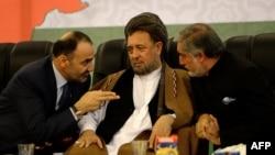 Абдуллах Абдуллах (оң жақта), Атта Мохаммед Нур (сол жақта) және парламент мүшесі Мохаммед Мохакекпен сөйлесіп отыр. Кабул, 29 тамыз 2013 жыл.