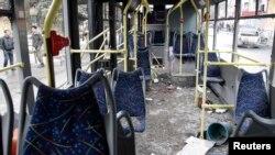 Троллейбус в Донецке, поврежденный при взрыве