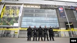 Поліція посилила охорону стадіону в Дортмунді перед перенесеним через вибухи матчем, 12 квітня 2017 року