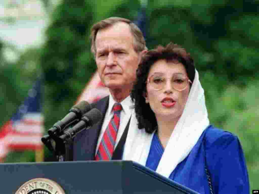 جرج بوش پدر، رییس جمهوری وقت آمریکا، در سال 1989 میلادی از بی نظیر بوتو دعوت کرد تا به عنوان نخستین زن مسلمان که ریاست کابینه را به عهده دارد، میهمان رسمی کاخ سفید باشد.