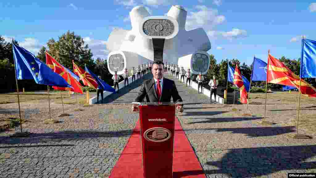 """Премиерот Зоран Заев во завршното обраќање пред почетокот на молкот пред референдумот за Договорот со Грција, ги повика граѓаните да излезат на референдумот, зашто, како што рече, ова не е избор меѓу две партии, туку избор за иднината. Тој рече дека остварувањето на сонот за европска Македонија е блиску и дека на 30 септември """"секој од нас"""" треба да стави тула во изградбата на подобра Македонија која ќе стане членка на ЕУ и НАТО."""