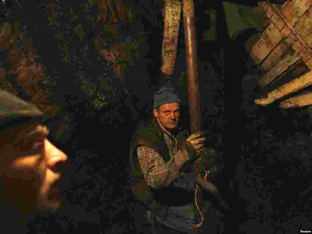 U zeničkom regionu postoji oko 20 ilegalnih rudnika uglja u kojima se golim rukama i veoma jednostavnim sredstvima iskopava ugalj. Rudari - ilegalci rizikuju svakodnevno svoj život kako bi zaradili novac i prehranili svoje porodice. Fotografije snimljene u selu Stranjani, u blizini Zenice, 26.10.2010. Reuters / Dado Ruvić