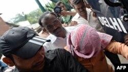 Индийские полицейские сопровождают несовершеннолетнего подозреваемого в здание суда. Нью-Дели, 25 июля 2013 года.