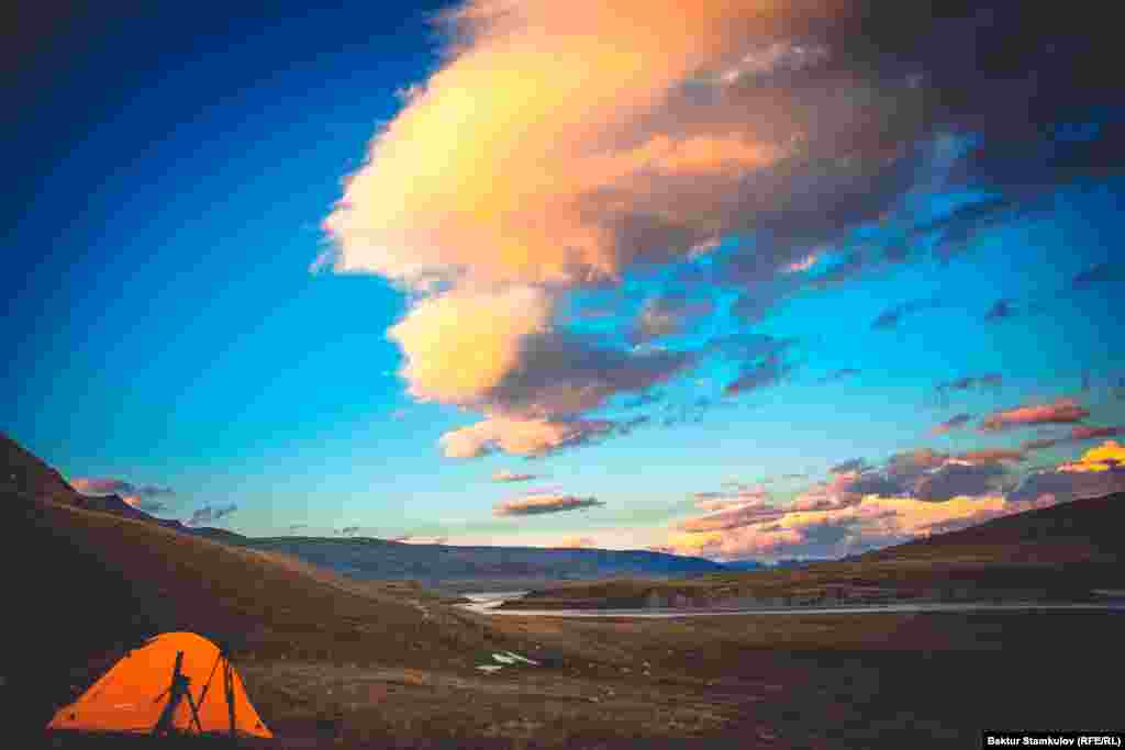 Перед закатом в ущелье Эчкили-Таш (Иссык-Кульская область). На фото туристическая палатка, разбитая для ночлега.