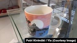 """Чашка """"День муми-тролля"""". Фото: Petri Kivimäki /Yle"""