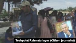 Торговцы сувенирами с изображением ныне покойного первого президента Узбекистана Ислама Каримова в Самарканде. Фото сделано 20 мая блогером Ташпулатом Рахматуллаевым.