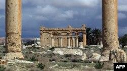 Pamje e tempullit dhe e dy shtyllave antike në Palmira para dëmtimeve të mëdha nga militantët e Shtetit Islamik