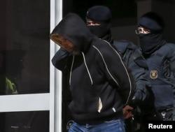 Спецназ Национальной полиции Испании задерживает подозреваемого
