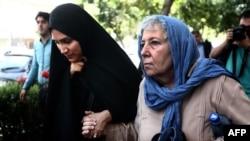 Мари Резаян, мать журналиста WP Джейсона Резаяна (справа), и его жена Еганэ Салехи покидают Революционный суд в Тегеране, 10 августа 2015 года.