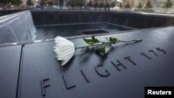 گلی بر بنای یادبود کشته شدگان حملات تروریستی یازده سپتامبر. عکس از مراسم دهمین سالروز یازده سپتامبر.